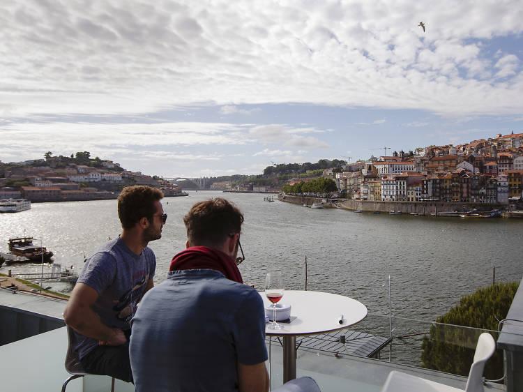 Beba um Porto no Terrace Lounge 360º