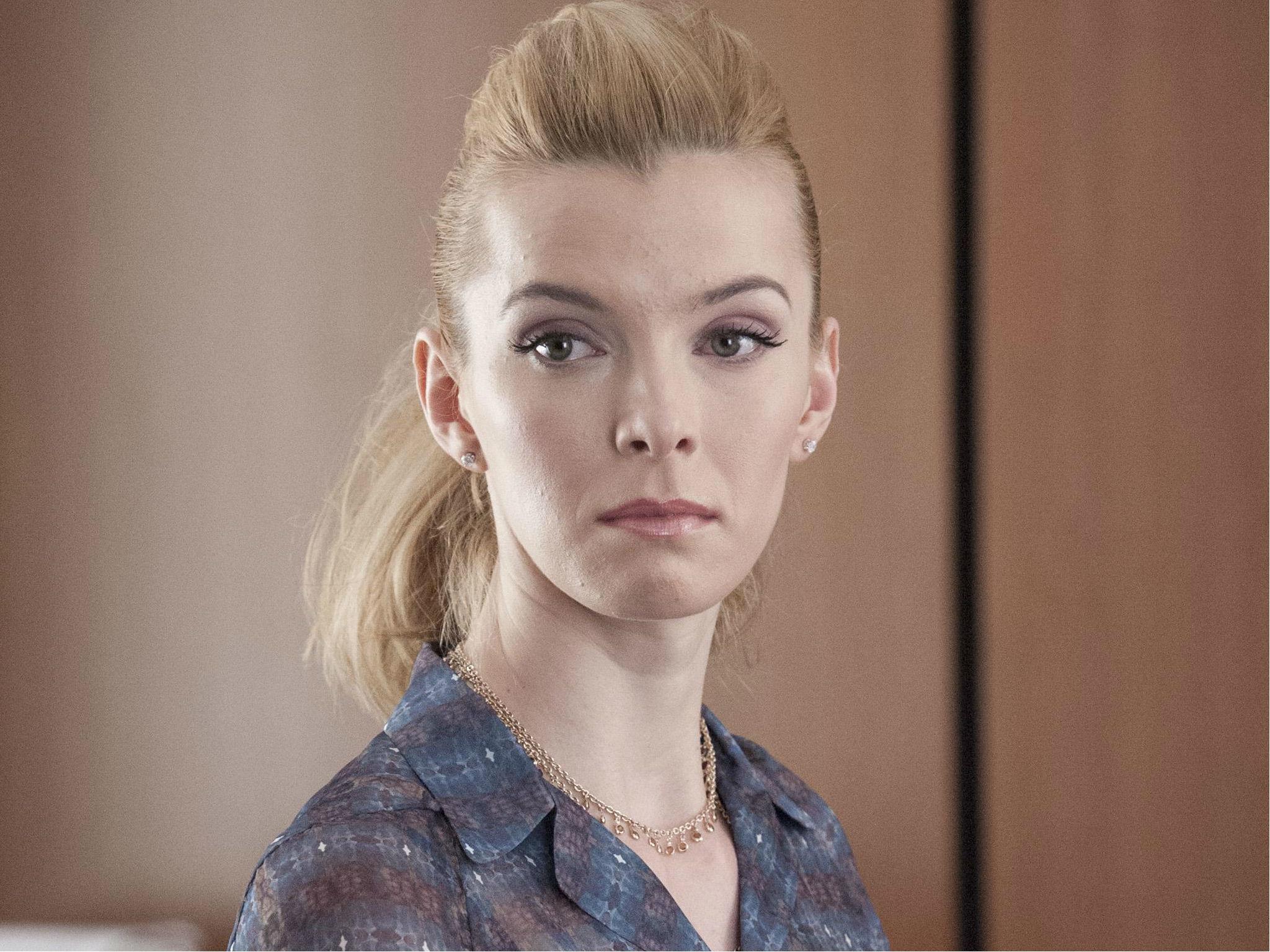 Debbie Eaggan (Betty Gilpin)