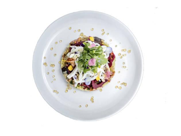 salada de cuscuz com cogumelos e lulas na brasa