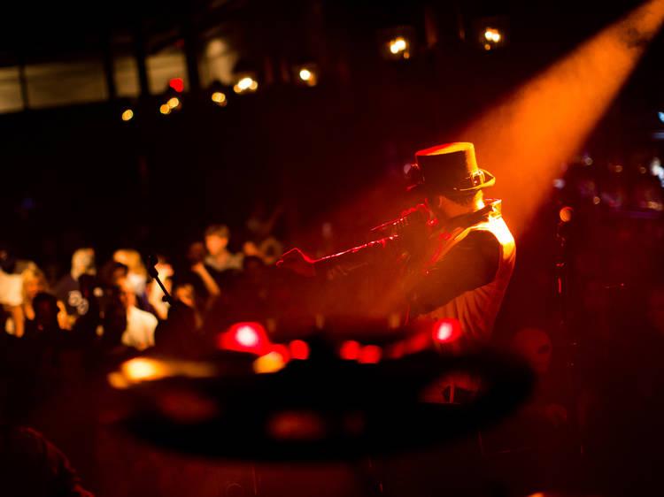 20:00~22:00 ▶ 제비다방에서 와인 홀짝이며 인디 공연 감상