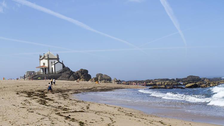 Capela do Senhor da Pedra na praia de Miramar