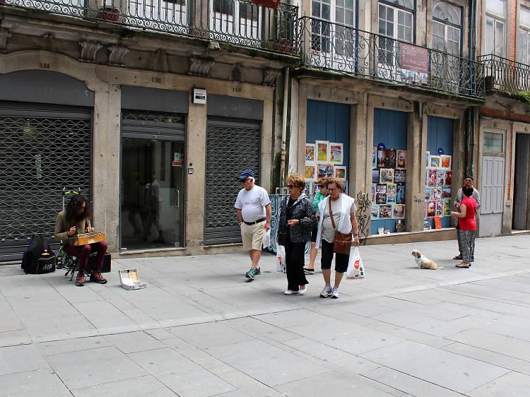 Procure as figuras do S. Miguel Arcanjo nas fachadas da Rua das Flores