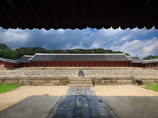 8am-10am: Check out the impressive architecture at Jongmyo