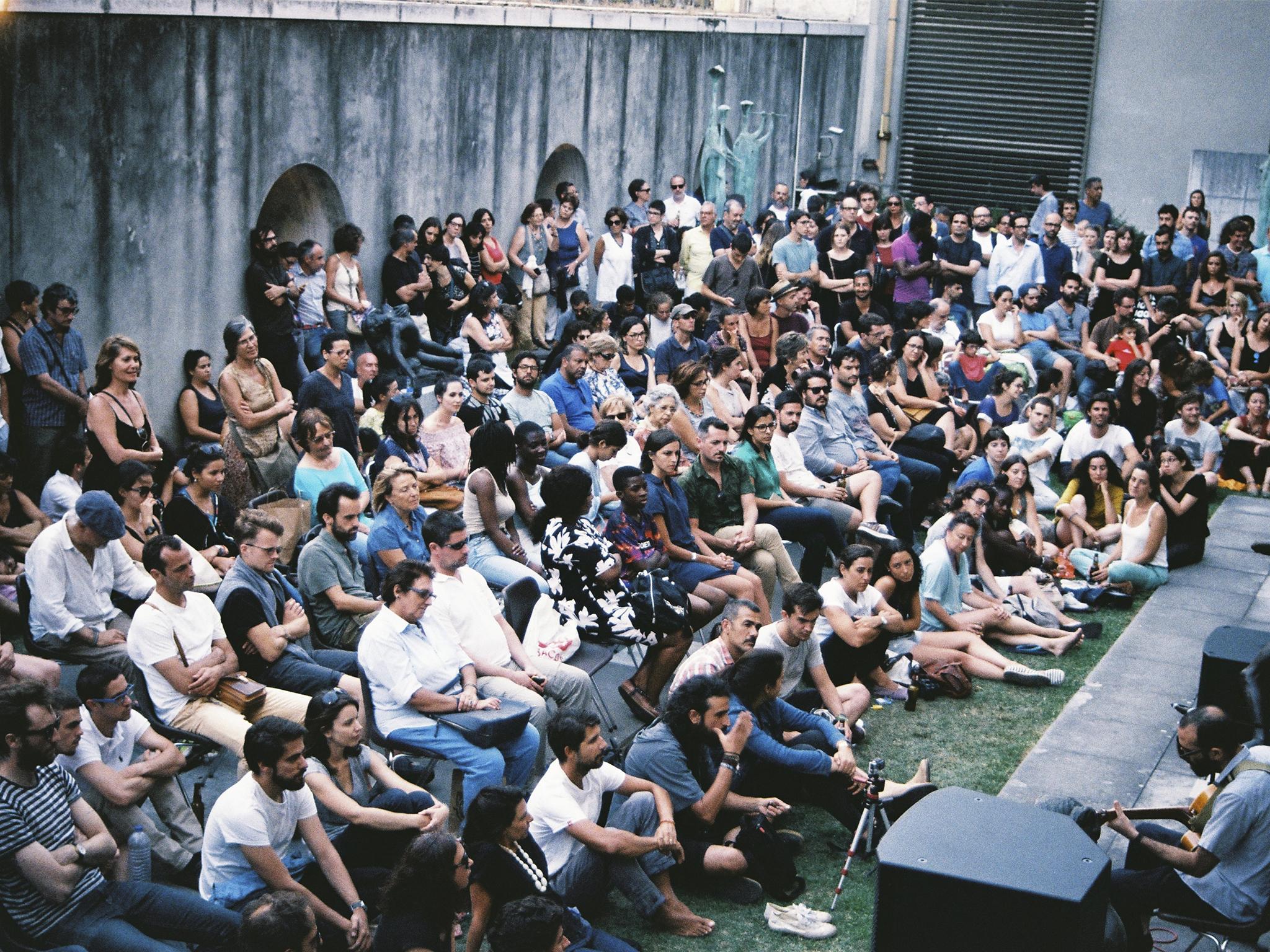 Assistir a um concerto gratuito no jardim do Museu do Chiado