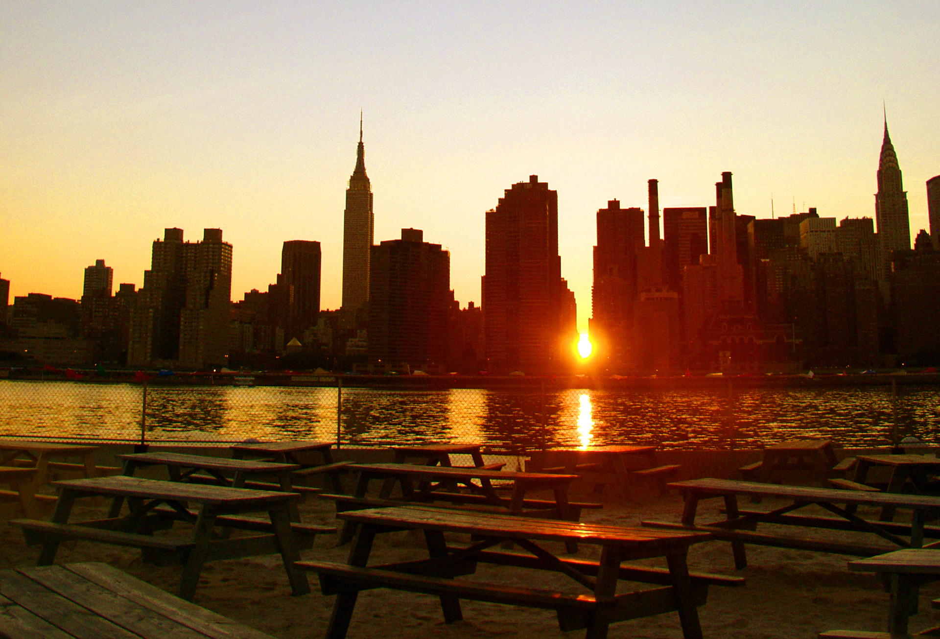 Stay late to watch the Manhattanhenge sunset at a Roosevelt Island park