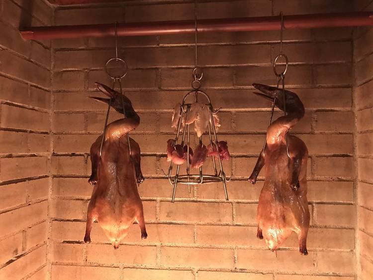 北京ダックはレンガの窯で焼く。