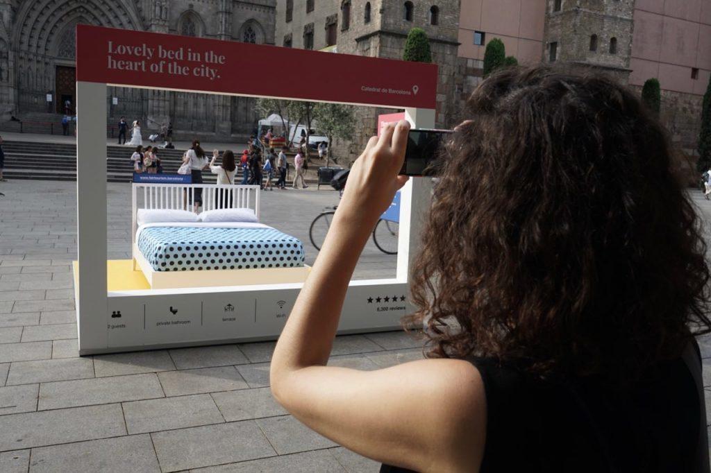 Un gran llit denuncia els pisos turístics il·legals a Barcelona