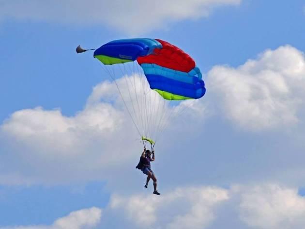 Saltar en paracaigudes