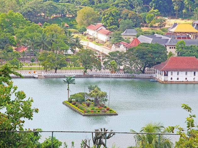 The picturesque Kandy lake
