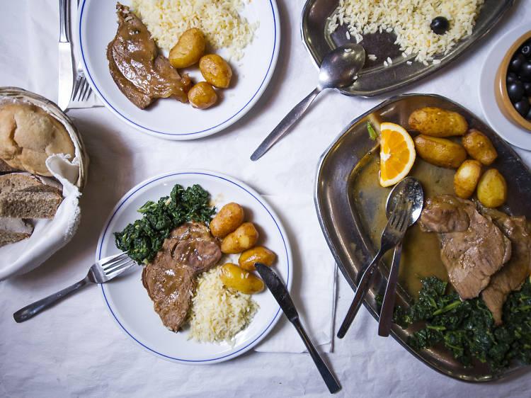 Experimente a gastronomia regional na Adega do Ramalho