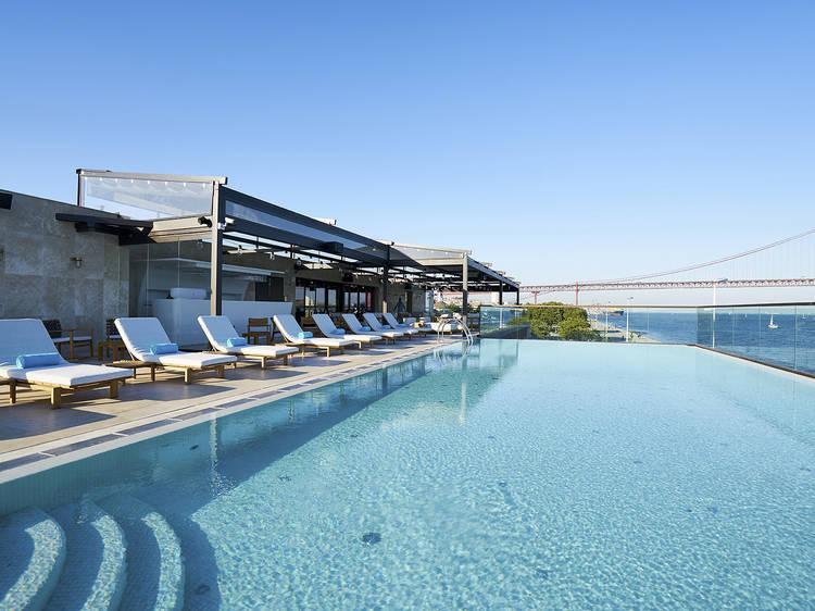 Aproveite as vistas nestas piscinas infinitas em Lisboa