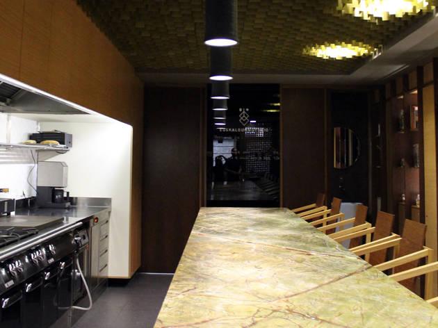 Sente-se ao balcão no Euskalduna Studio