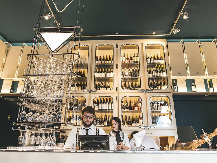 Beber um copo de vinho no Bar da Odete