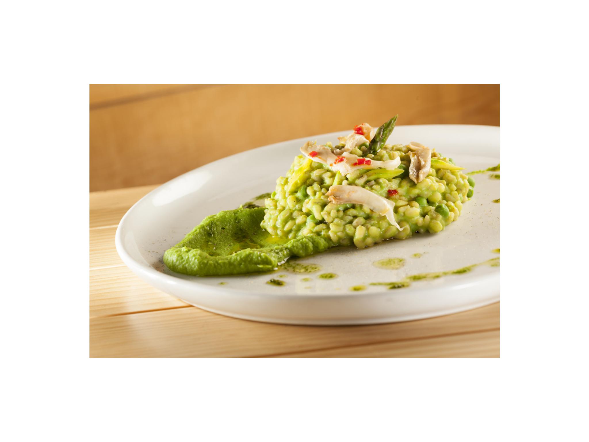 _Orzotto_ di asparagi verdi conserva di cardarelli e pesto di peselli_Cevadotto de espargos verdes e conserva de cogumelos pleurotus com pasta de ervilha
