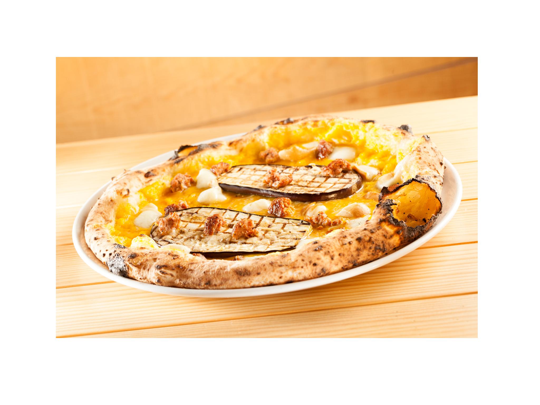 Pizza Zucca_Créme de Abóbora, beringela, salsicha fresca, provolla affumicata di latte di bufala D.O.P e parmesão