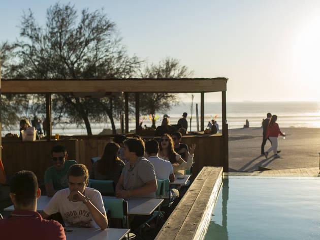 Beber um copo nos melhores bares de praia no Porto