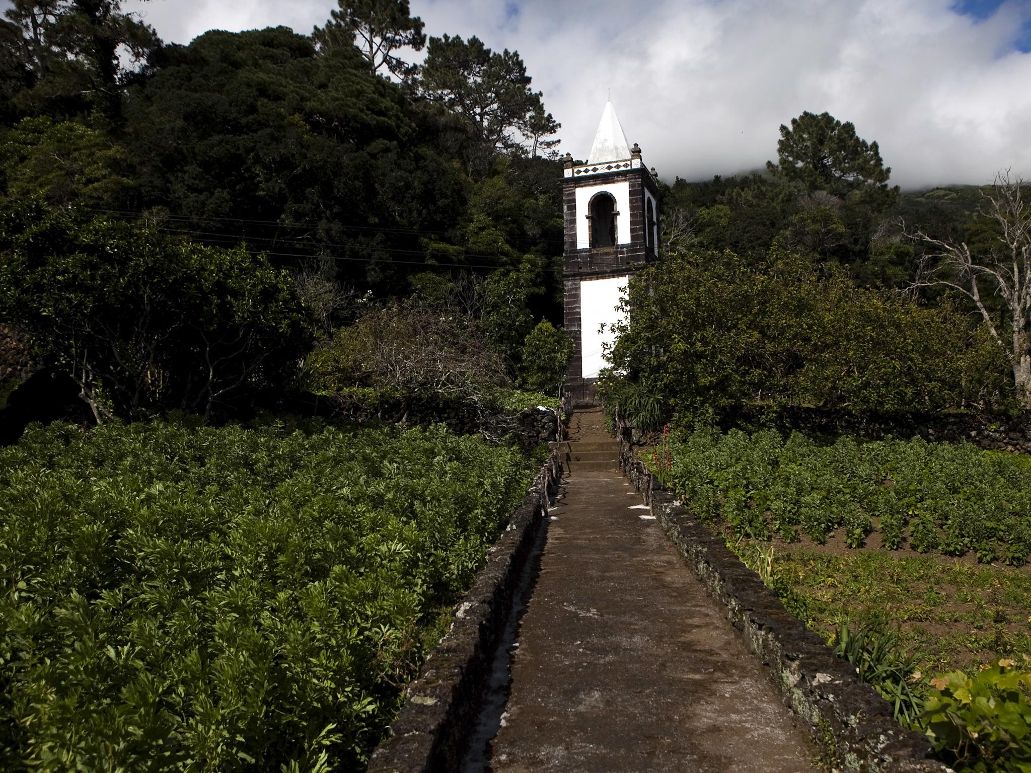Veja a Torre Sineira que resistiu ao vulcão na Urzelina