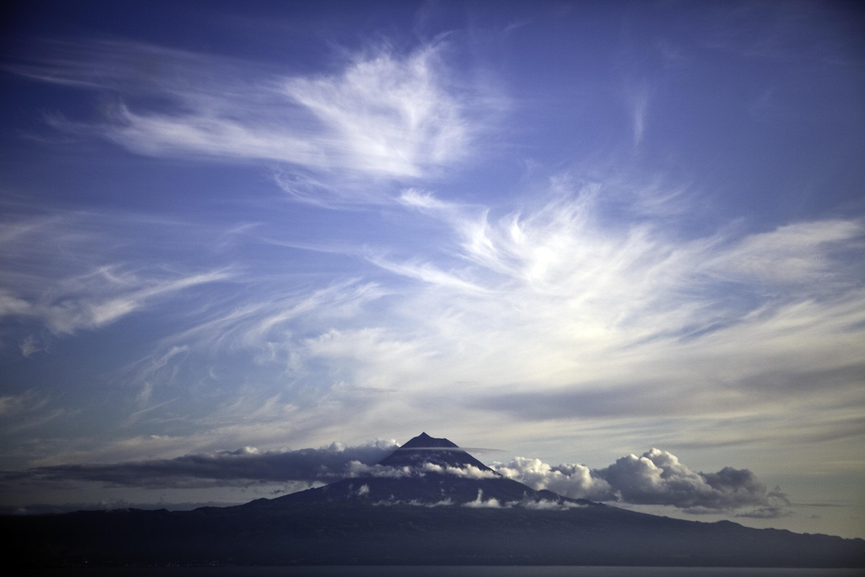 viagem a sao jorge, fotografias de sao jorge e do pico e viagem de catamaran (vista de sao jorge)