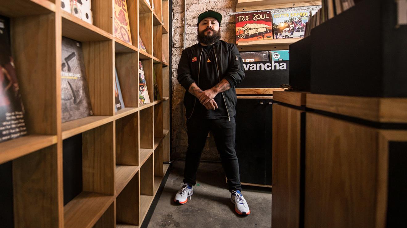 Bonnz en la tienda de discos Revancha
