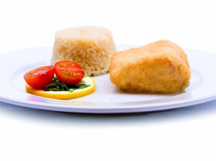Filetes de pescada com arroz no Treze % Restaurante