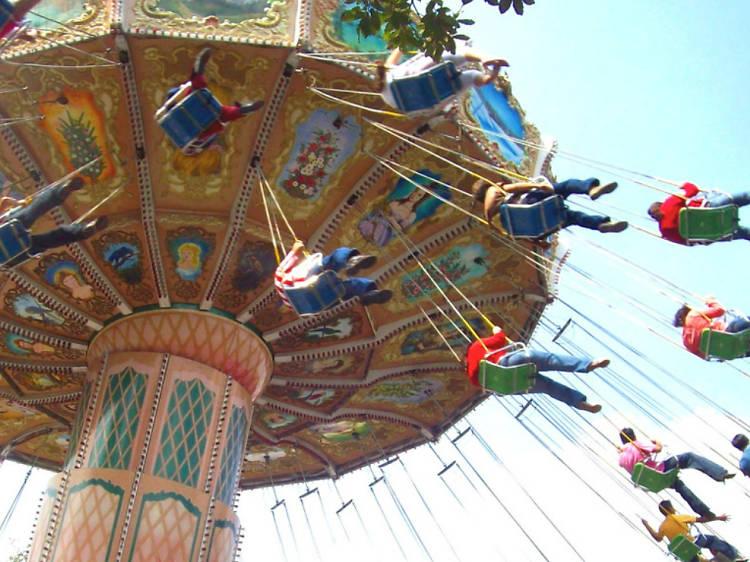 Sube a todos los juegos que puedas en Six Flags