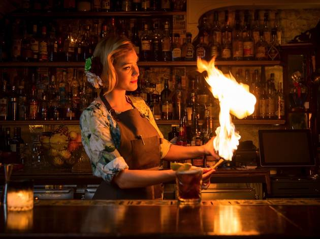 Bartender with fire at Lobo Plantation