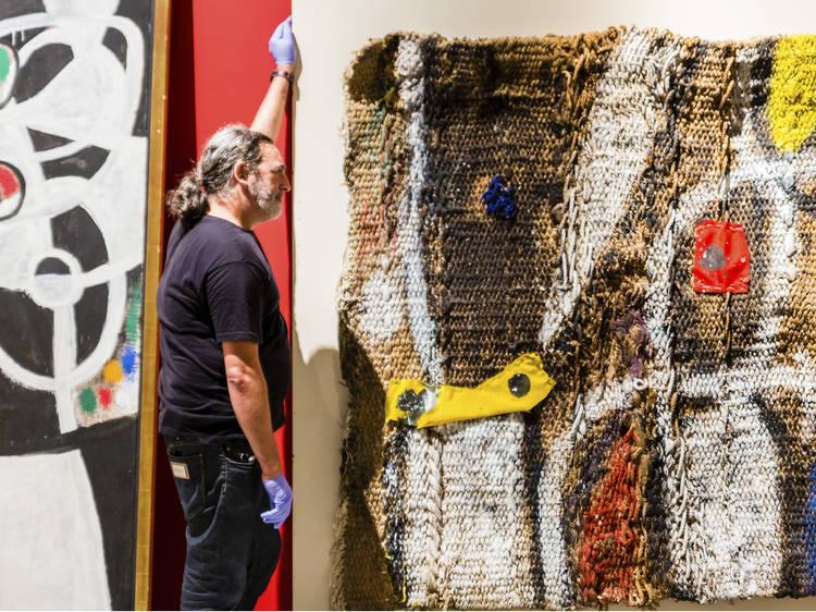 "Na montagem de ""Joan Miró: Materialidade e Metamorfose"" na Ajuda"