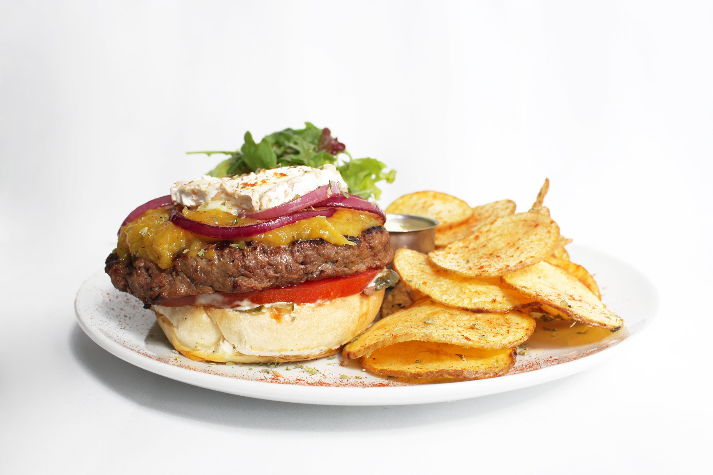 Hambúrguer de novilho com chutney de manga e queijo de cabra - Bugo Art Burgers