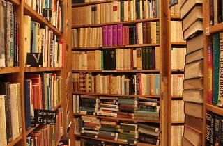 Remate de libros en A través del espejo