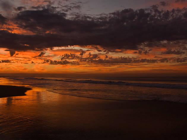 Atardecer en la playa de Acapulco, Guerrero.