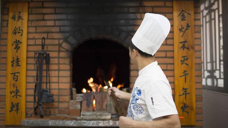O forno a lenha com tijolo do Quanjude em Lisboa