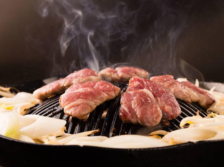 ラム肉はパクチーと頬張る。
