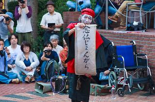 大道芸人ギリヤーク尼ヶ崎が新宿で公演「こんなに大勢が集まったことはなかった」