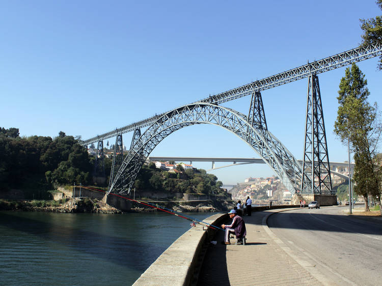 Observe quatro das seis pontes que atravessam o Douro