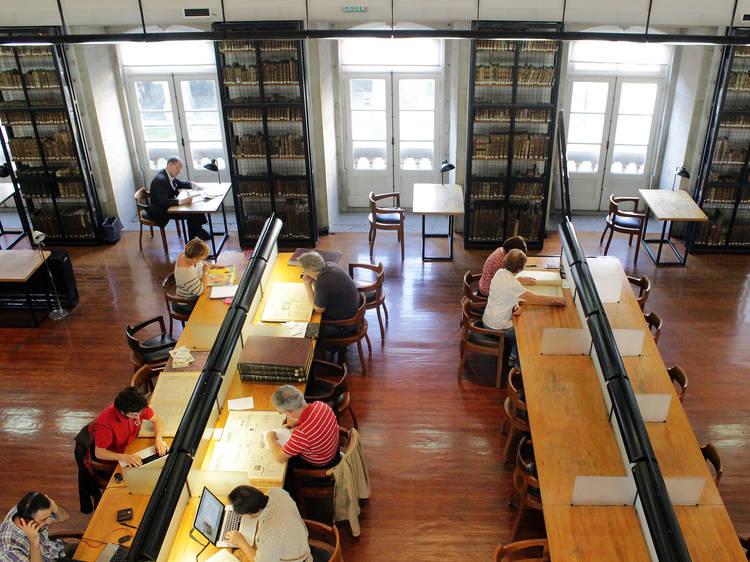 Sente-se a ler um livro na Biblioteca Pública Municipal do Porto