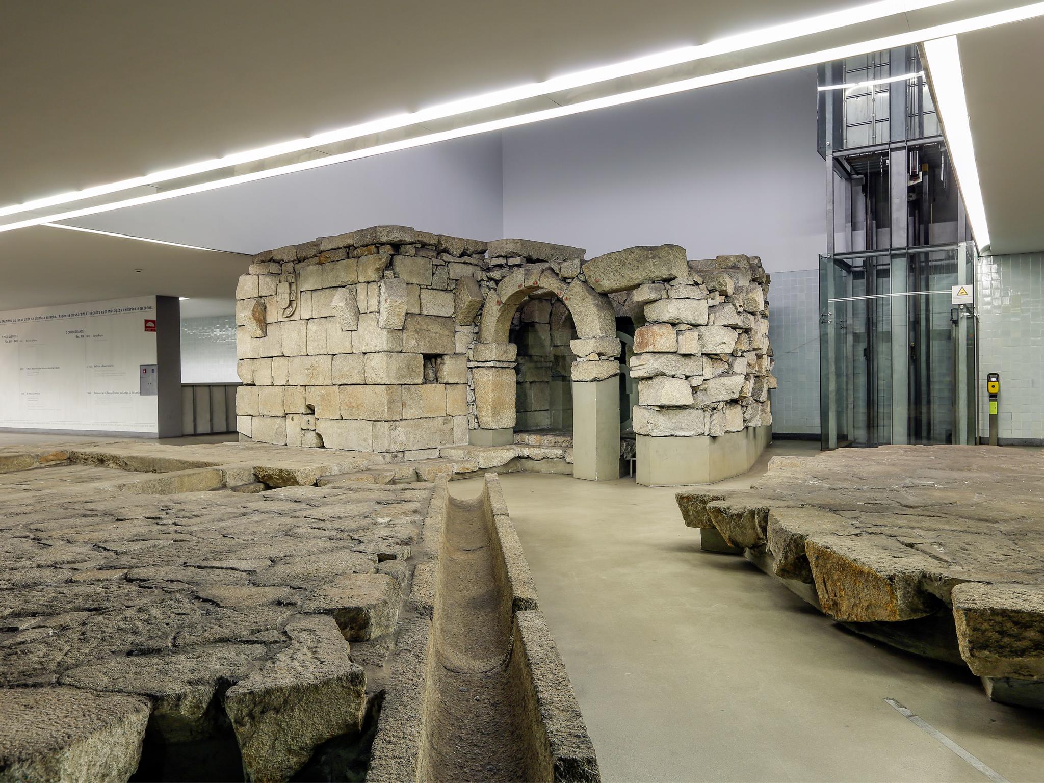 Descubra as ruínas arqueológicas na estação de metro Campo 24 de Agosto