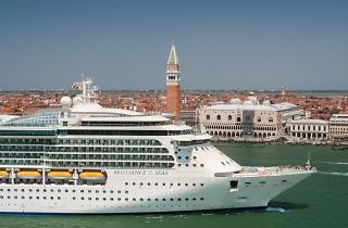 Venecia prohibe los grandes cruceros (pero sigue sin convencer a los venecianos)