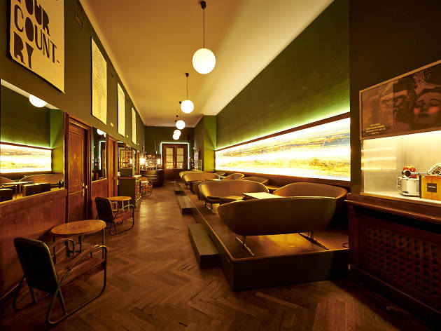 die goldene bar bars and pubs in munich. Black Bedroom Furniture Sets. Home Design Ideas