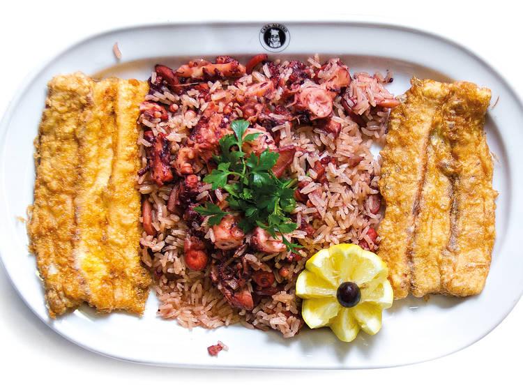 Peça filetes de polvo com arroz do mesmo na Casa Aleixo