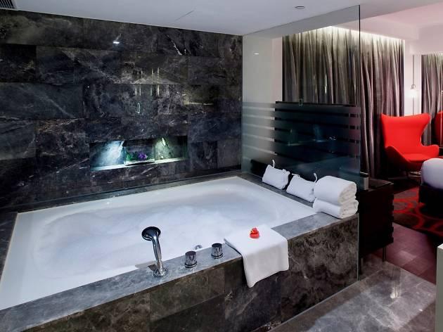Mira hotel bathtub