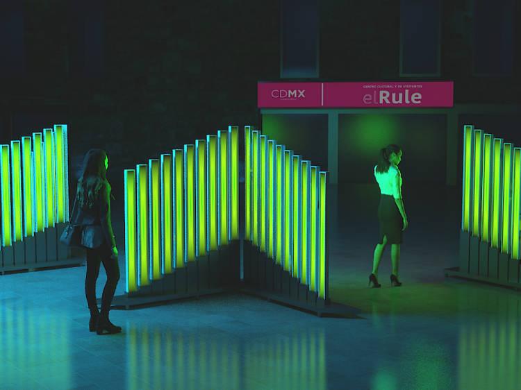 Shining Triangle, pieza interactiva de arte lumínico