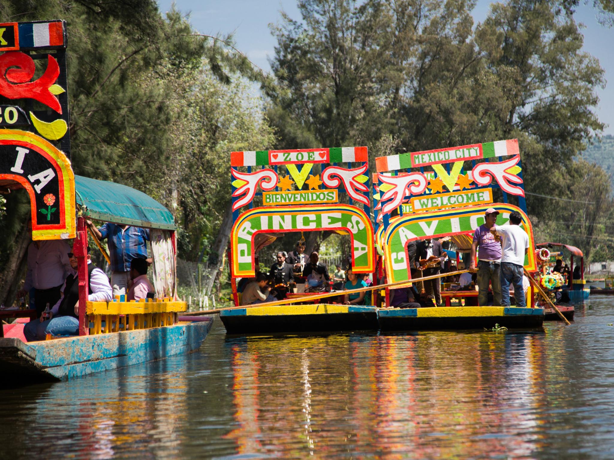 Trajineras en un embarcadero de Xochimilco