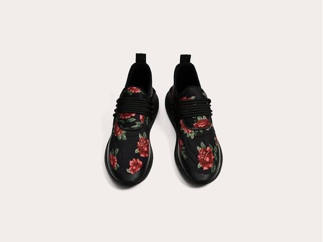 Deportivo negro con flores Zara