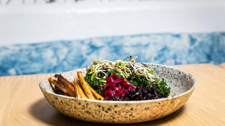 Bowl fresca com couve kale, vegetais assados, arroz negro e chucrute