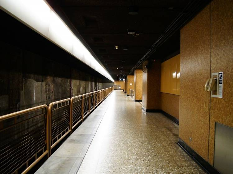 Why is there an abandoned platform level in Sheung Wan MTR station?