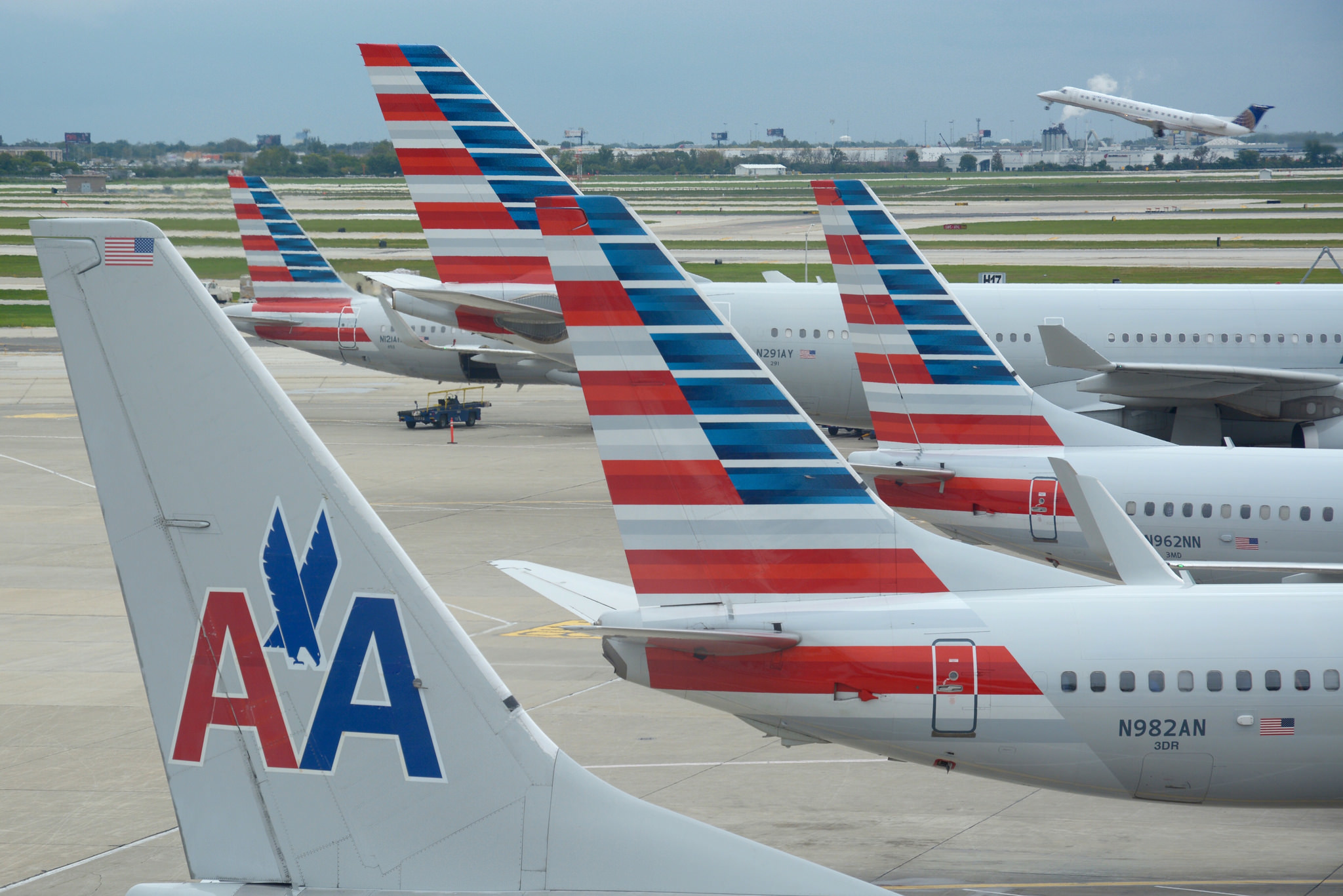 American Airlines is launching hourly Chicago-NYC flights with free beer and wine