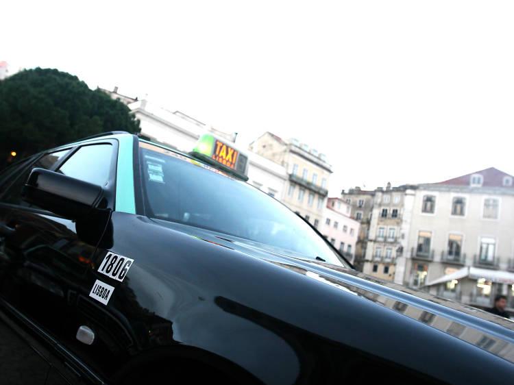 Porque é que há táxis pretos e verdes e outros bejes?