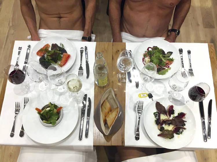 Un restaurant a París on podem menjar despullats