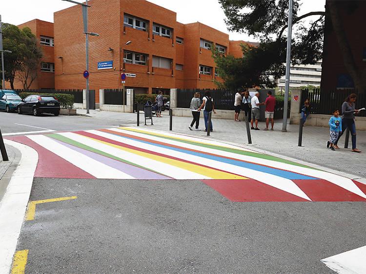 Passos de vianants de colors a prop dels col·les a Cornellà