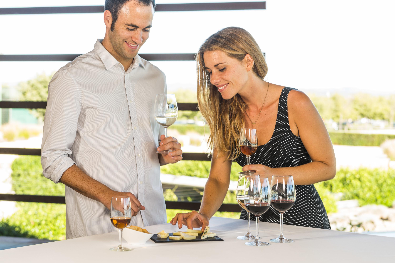 Celler amb maridatge de vins i formatges